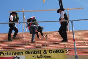 Sprichwörtlich der Höhepunkt der Veranstaltung: Piet Lassen schlägt den letzten Nagel ins Dach.