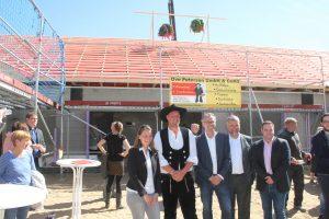 Personalvorstand Sven Roßmann, Vorstand Jörn Engler und Geschäftsführer Piet Lassen feiern mit den Projektbeteiligten das Richtfest.